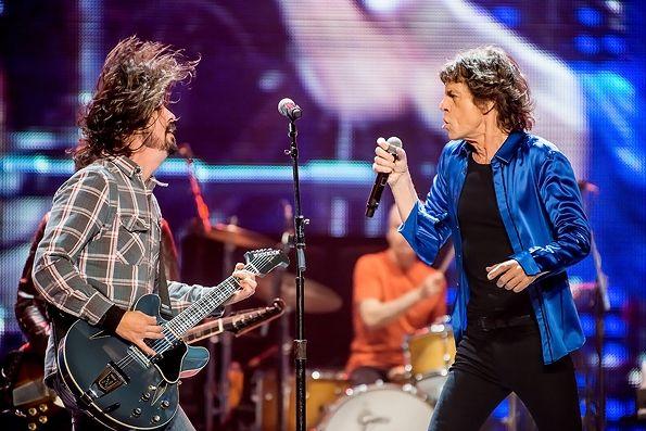 """Sindir Goyang TikTok dan Sepak Bola, Mick Jagger Kolaborasi Dengan Dave Grohl Membawakan """"Eazy Sleazy"""""""